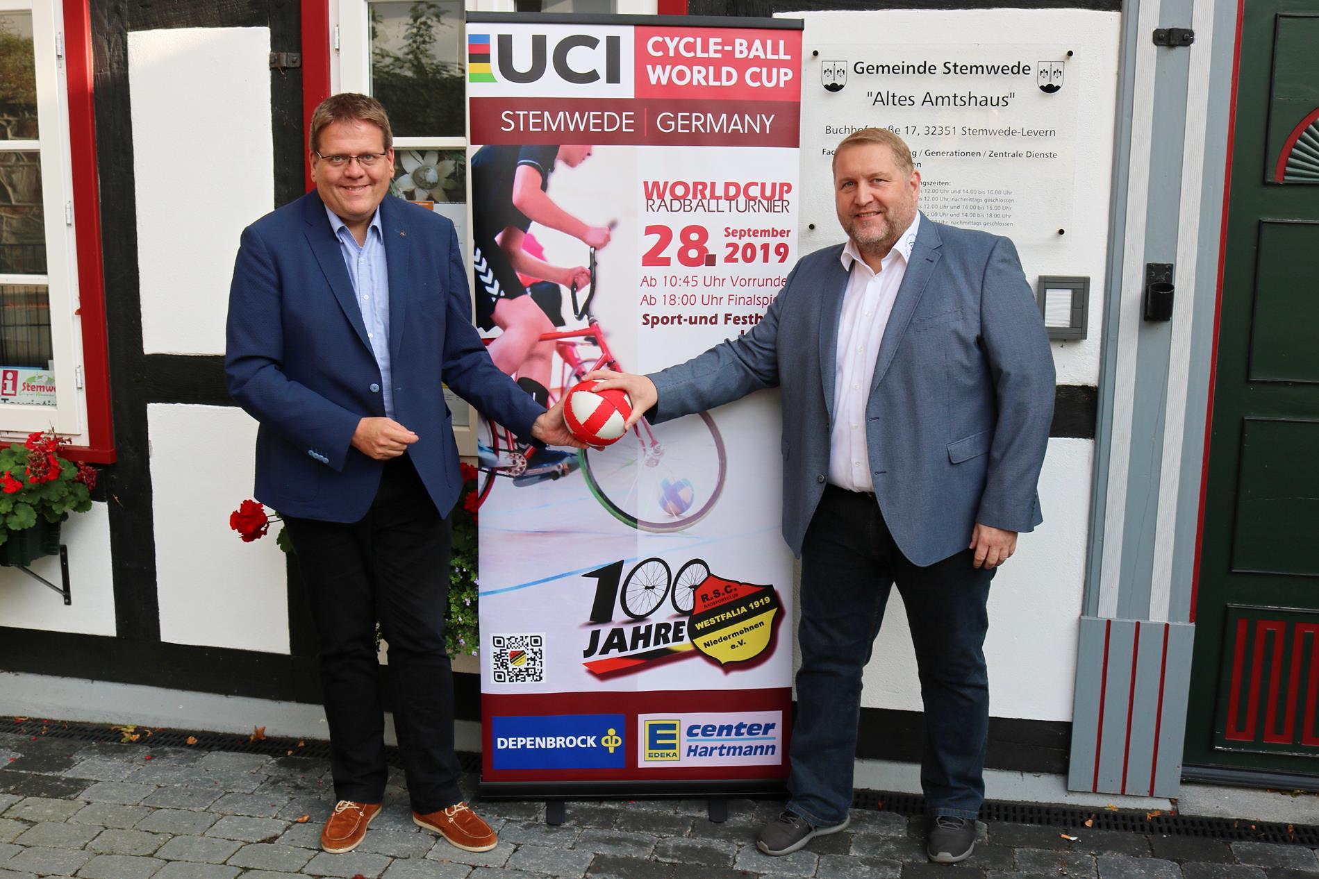 Der RSC Vorsitzende Thorsten Möller (re) dankte Bürgermeister Kai Abruszat für die gewähr-te Unterstützung durch die Gemeinde Stemwede.