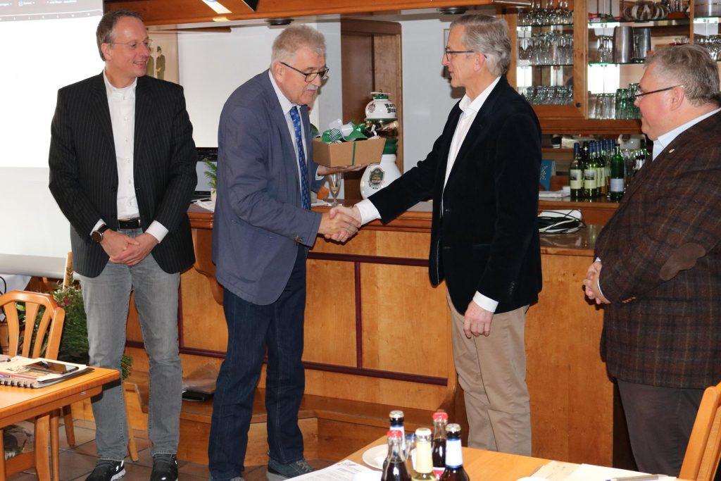 NRW Radsportpräsident Thomas Peveling (2.v.r.) und Landesgeschäftsführer Stefan Rosiejak (r.) verabschieden Bernd Potthoff. Links der neue Bezirksvorsitzende Detlef Wittenbreder.