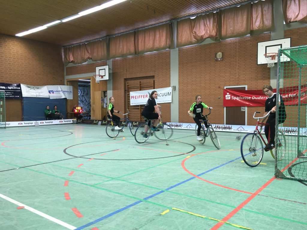 Jasmin (im Tor) und Mia holten sieben Punkte in Obernfeld.