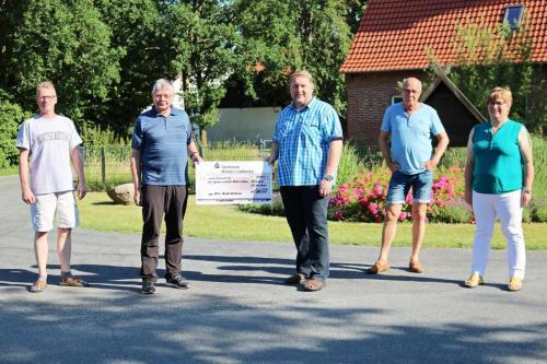RSC überreicht Spendencheck an die Dorfgemeinschaft.